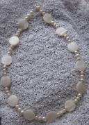 Apaļu perlamutra un baltu upes pērļu kaklarota