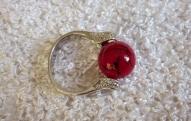 Gredzens ar sarkanu stikla pērlīti