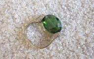 Gredzens ar slīpētu zaļu stikla pērlīti